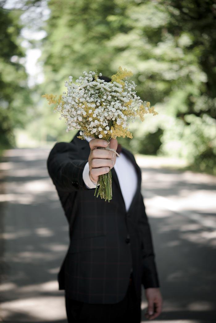 花を持つ男性