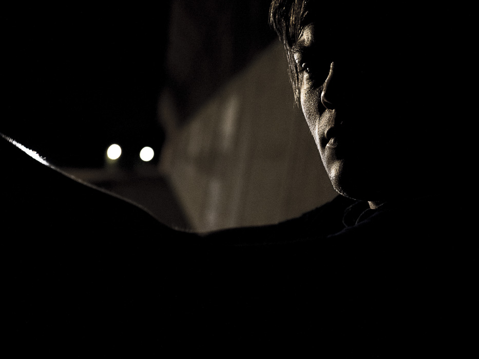 暗闇に立つ男性